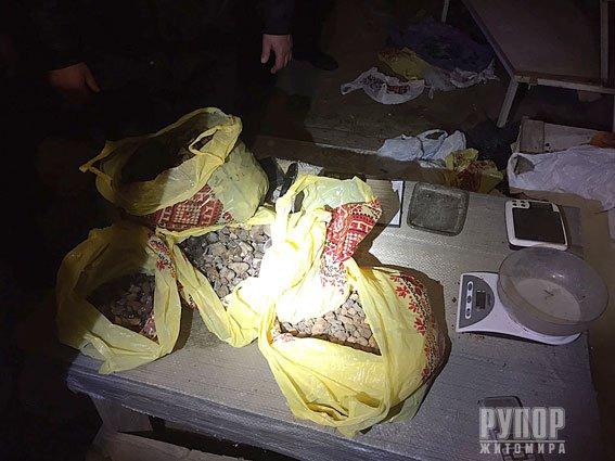 На Житомирщині поліція вилучила у копачів понад 10 кілограмів бурштину. ФОТО