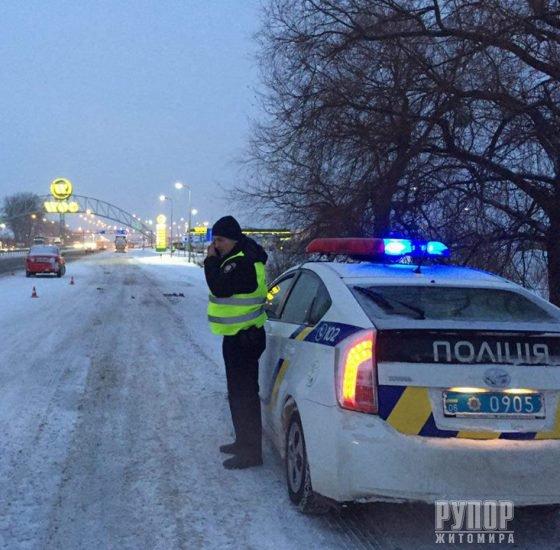 Під Житомиром сталося ДТП - водій та пасажирка автомобіля залишили місце аварії. ФОТО