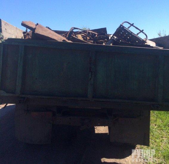 У Житомирському районі поліція затримала вантажівку з нелегальним металобрухтом. ФОТО