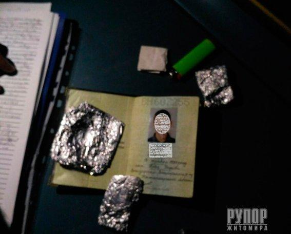 На Житомирщині поліцейські затримали два автомобілі з наркотиками. ФОТО