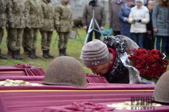 На Житомирщині перепоховали рештки 65 воїнів Другої світової війни, знайдених за участі курсантів Академії СБУ