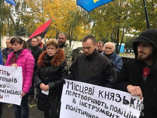 На Житомирщині активісти пікетують відділення поліції. ФОТО