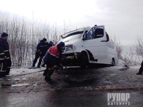 На Житомирщині мікроавтобус вилетів у кювет. ФОТО