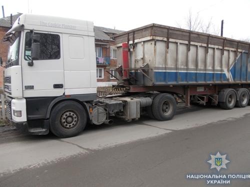 В Рівненській області затримали вантажівку, яка перевозила на Житомирщину майже 25 кубометрів незаконної деревини. ФОТО