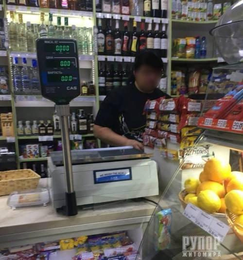 В центрі Житомира неповнолітньому продали алкоголь. ФОТО