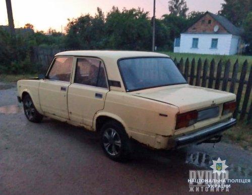 Поліцейські розшукують угонщика, який кинув викрадену у Житомирі автівку за містом