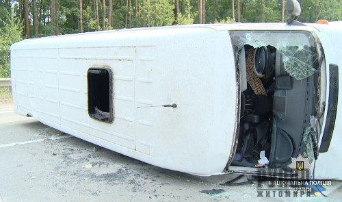 Під Житомиром перекинувся мікроавтобус з сумчанами. ФОТО