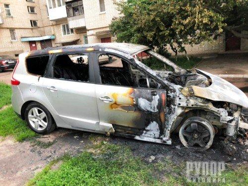 На Житомирщині вночі згорів автомобіль. ФОТО