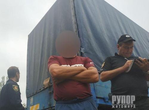 Під Житомиром затримали водія фури, котрий намагався дати хабар патрульним. ФОТО