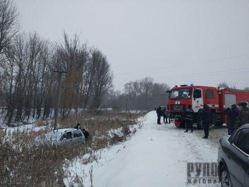 В Житомирській області легковик через ожеледицю злетів у кювет. ФОТО