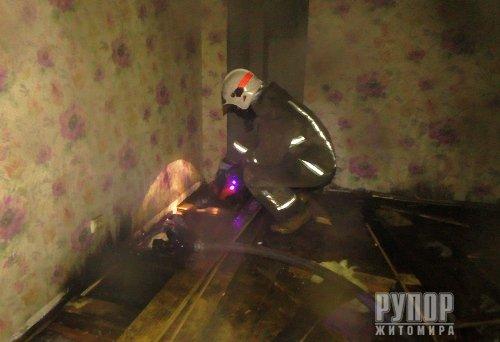 Під Житомиром загорівся двоповерховий будинок. ФОТО