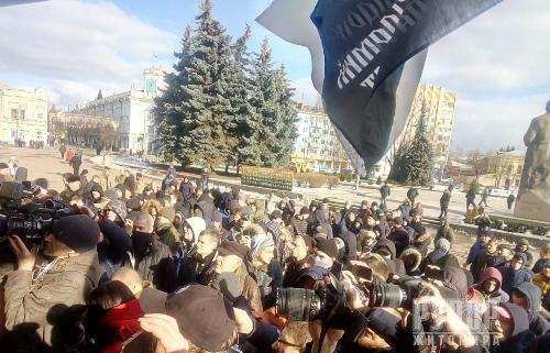 Протести під стінами Житомирської обласної ради - пошкоджено скло на вхідних дверях у будівлю
