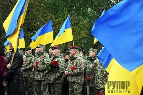 Житомиряни вшанували пам'ять загиблих у Другій світовій війні біля Монументу Слави. ФОТО