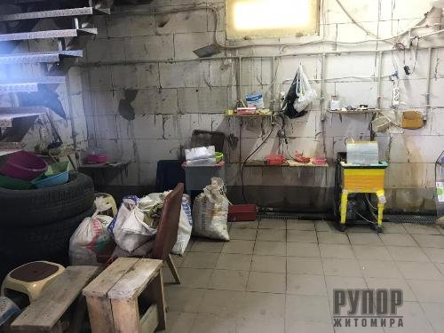 Житомирські спецслужби з нелегального цеху на Київщині вилучили майже 2 тонни бурштину. ФОТО