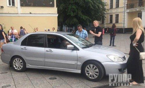 У Житомирі водій запаркував свій автомобіль... прямо на фонтані. ФОТО