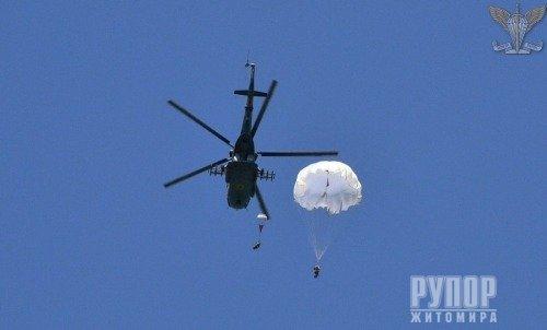На Житомирщині резервісти ДШВ здійснили стрибки з парашутом. ФОТО