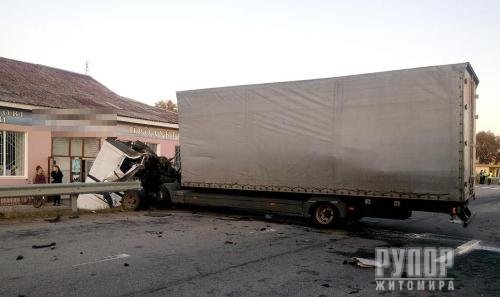 На Житомирщині — зіткнення вантажівок. ФОТО