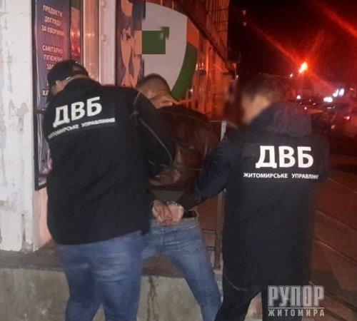 Спецслужби затримали на збуті наркотиків... посадовця Управління протидії наркозлочинності поліції Житомирщини. ФОТО