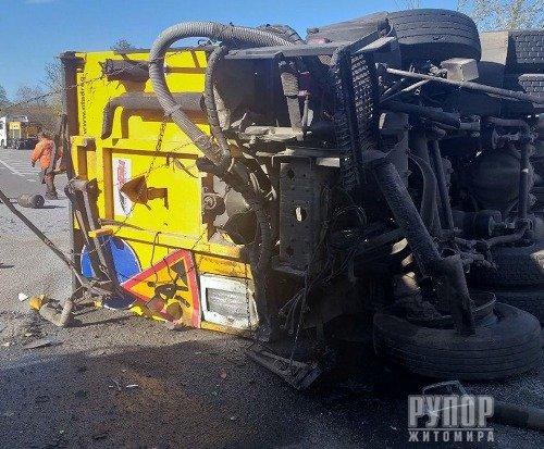 На Житомирщині зіткнулися дві вантажівки. ФОТО
