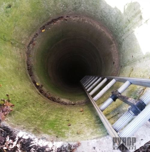 На Житомирщині рятувальники вивільнили з криниці цуценя. ФОТО