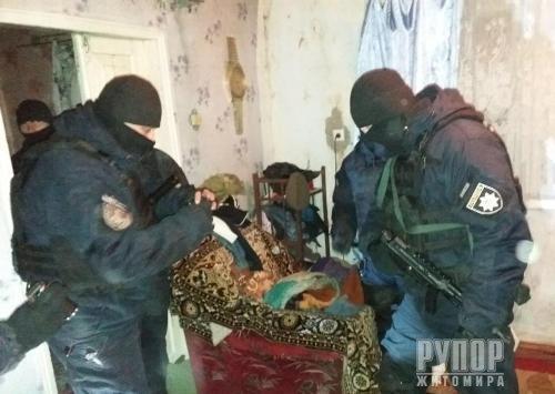 На Житомирщині поліцейські затримали чоловіка за вуличне дебоширство із гранатою