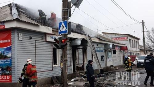 В центрі Житомира вщент згорів магазин з продажу текстильних товарів