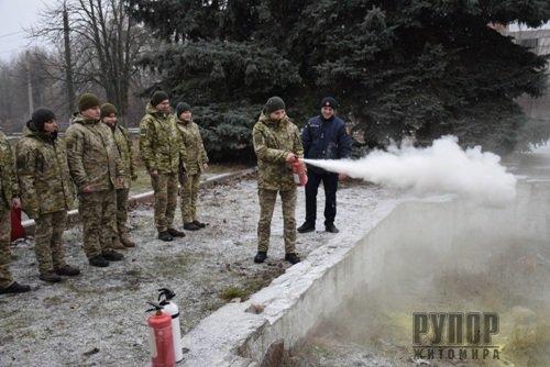 Як діяти у разі пожежі – вогнеборці провели заняття з прикордонниками Житомирського загону