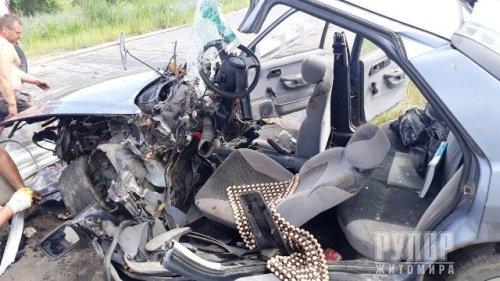 В Хорошівському районі рятувальники деблокували травмованого водія із понівеченої автівки