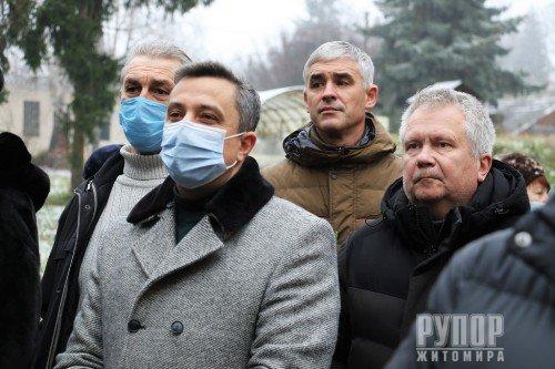 В пам'ять про Володимира Башека: У Житомирі на фасаді будівлі дитячої лікарні встановили меморіальну дошку головному лікарю