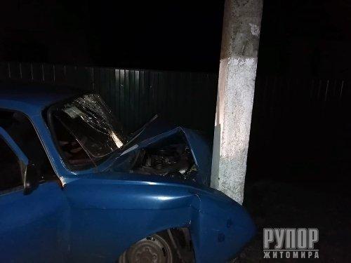На Житомирщині п'яний водій легковика врізався в електроопору
