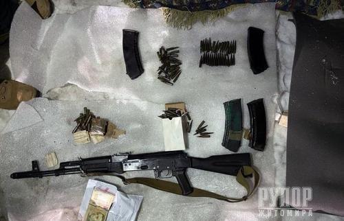 У Києві під час спецоперації затримали житомирянина, який продавав кулемети та гранати. ФОТО