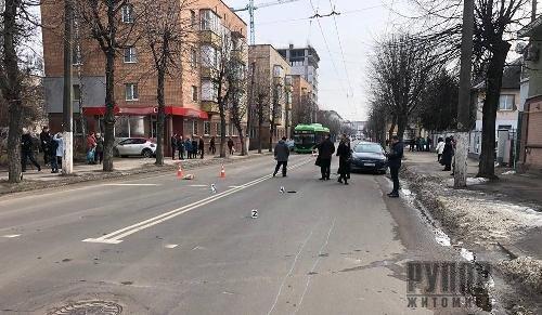 У Житомирі поліція розшукує водія «Volkswagen Jetta», який вчинив смертельну ДТП. Подробиці
