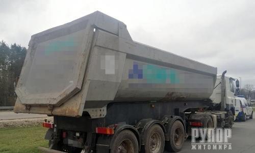 У Житомирському районі поліцейські затримали автомобіль з нелегальним піском