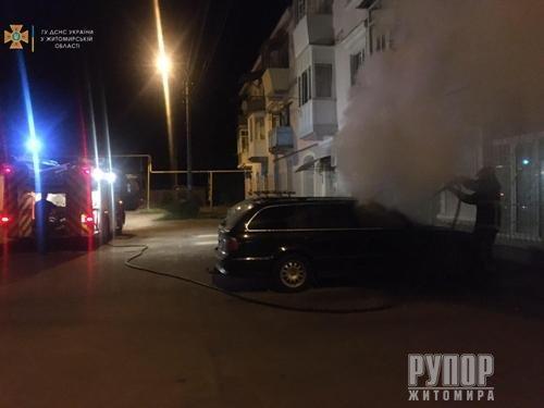 На Житомирщині вночі палали чотири іномарки